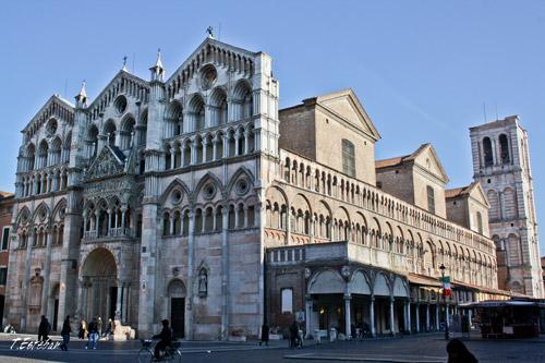 Vista completa de la Catedral de Ferrara