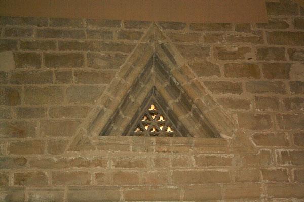 Ventana triangular en la iglesia del Monasterio de Rueda