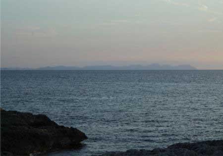 Vista de Mallorca desde Cala Blanca en Menorca