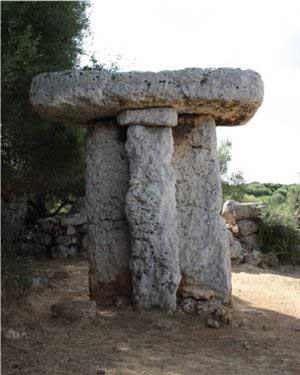 Taula en Menorca. Monumento megalítico