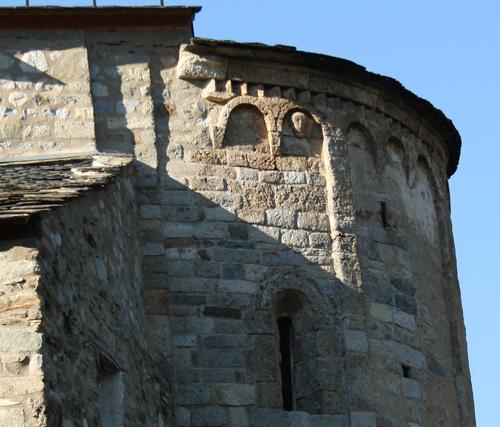 exterior de la iglesia Santa María de Cardet