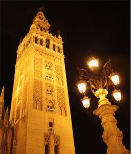 Vista nocturna de la Giralda de Sevilla