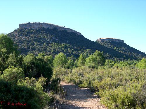 Camino hacia las Tetas de Viana y vista de las dos muelas
