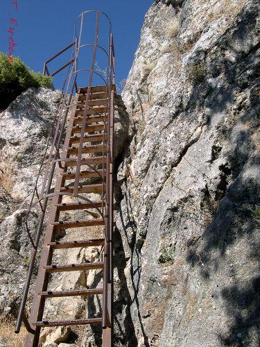 Escalera para subir a la cima de la Teta redonda