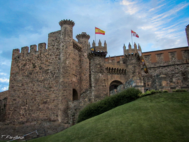 Castillo de Ponferrada, castillo templario. Almenas principales con banderas