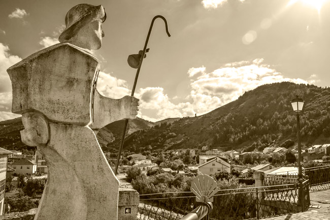 Villafranca del Bierzo. Escultura del peregrino en puente medieval