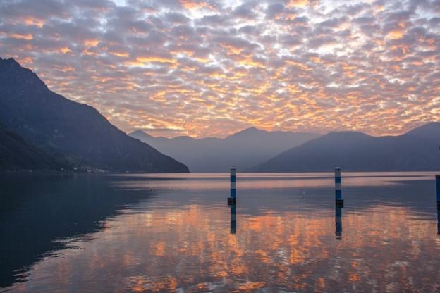 Puesta de sol con el cielo rosado en lago iseo