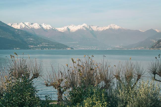 Lago Como y montañas nevadas al fondo