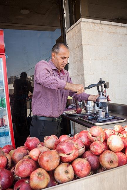 Zumo de granada en Jerash. Jordania