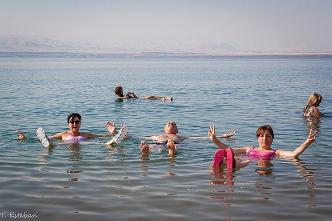 Mar muerto flotando