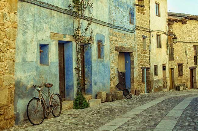 Valderrobres. Casa azul con bicicleta