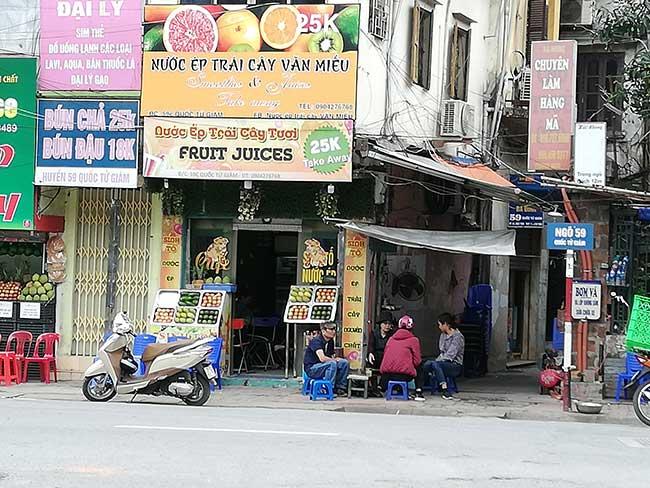 Comercios en la calle con carteles en el idioma vietnamita. Circuito por el norte de Vietnam.