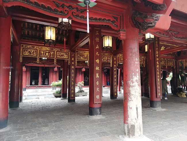 Vietnam. Templo de la literatura decorado con color rojo. Circuito por el norte de Vietnam