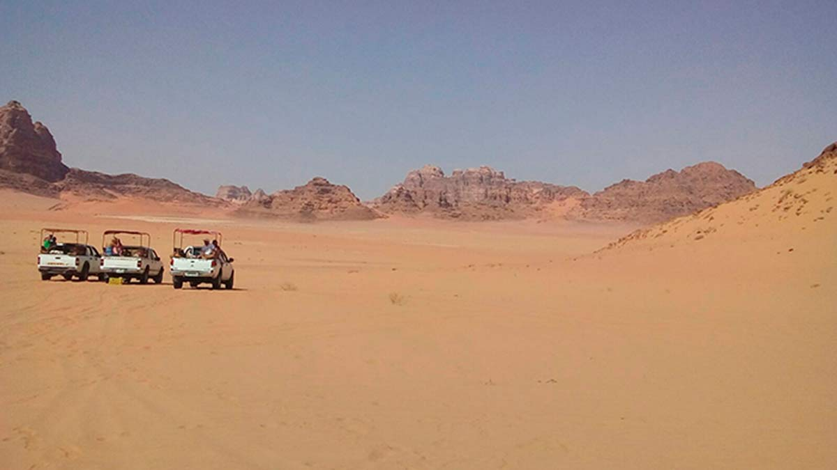 Wadi Rum. Panorámica de tres coches