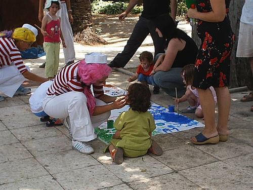 Payasos y niños pintando