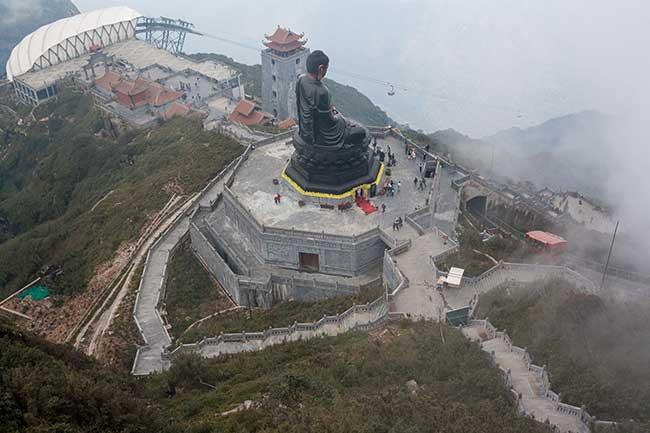 Escultura de Buda entre la terminal del teleférico y la cima