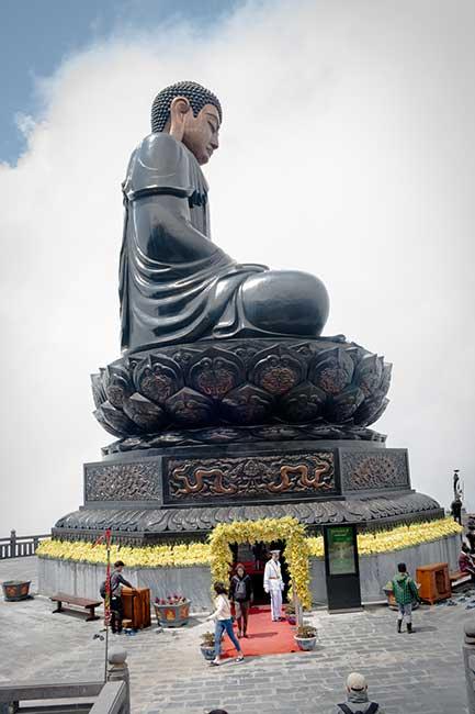 Escultura gigante de buda en Fansipan toma vertical