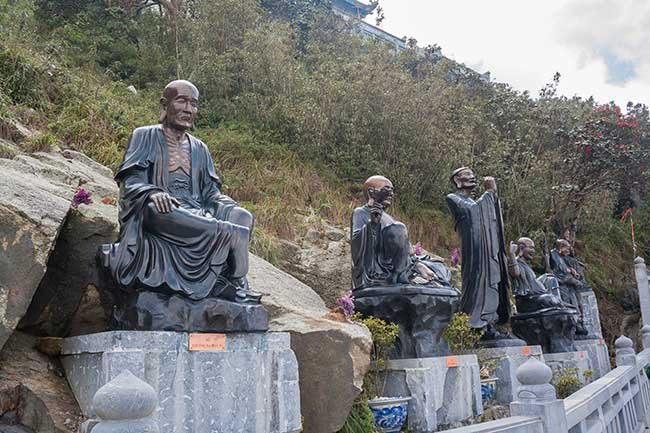 Esculturas de monjes