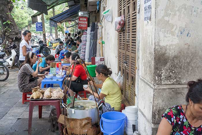 Hanoi barrio antiguo escena cotidiana