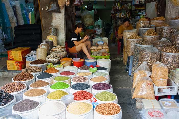 Hanoi barrio antiguo puesto sacos colores