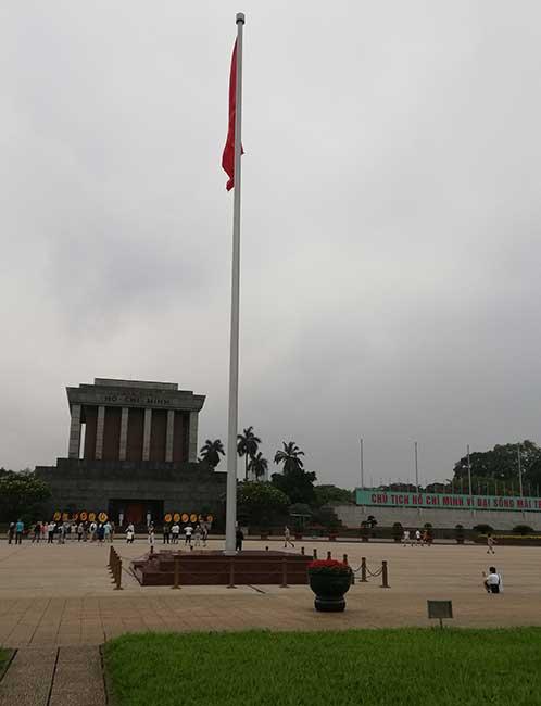 Hanoi. Explanada del mausoleo de Ho Chi Minh con la bandera de Vietnam