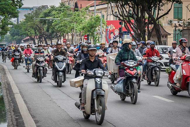 Hanoi. Motos circulando. El medio de transporte más utilizado por la población de Vietnam