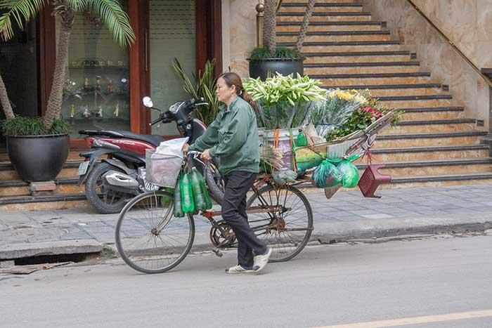 Hanoi mujer bicicleta flores