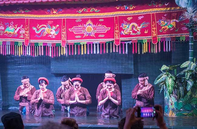 Hanoi. actores y actrices saludando al final de la representación
