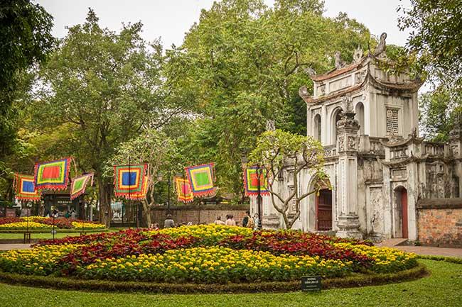 Hanoi. Puerta principal del Templo de la Literatura y banderas tradicionales