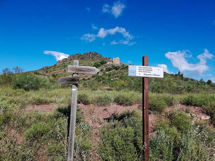 Cruce que nos indica el camino para llegar al convento de San Cristobal. Alpartir