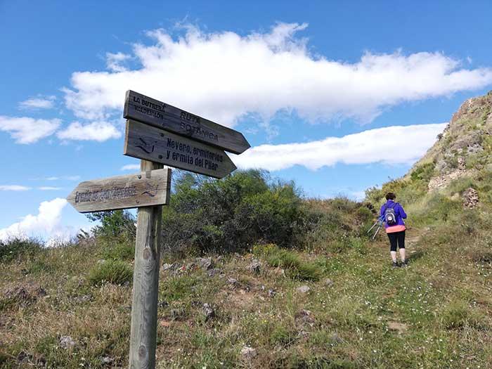Indicación del comienzo de la ruta botánica en el pico de San Cristobal.