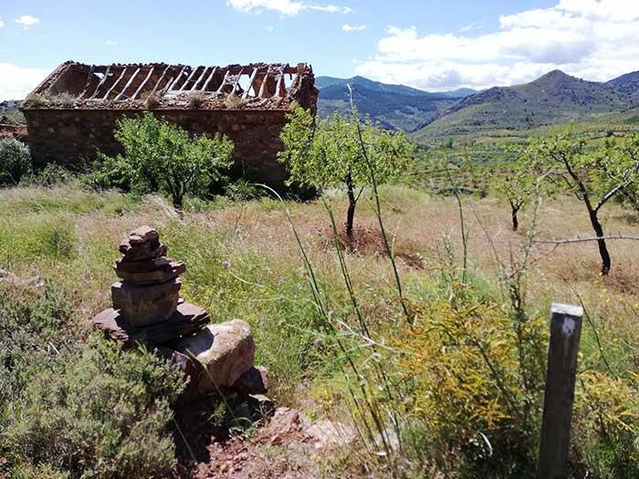 Señales indicativas de la ruta botánica y la ermita de San Clemente. Alpartir