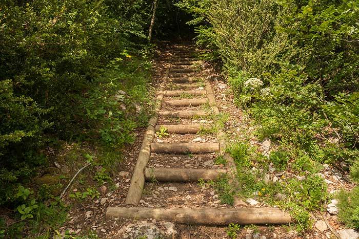Escaleras en el sendero del pico Peiró