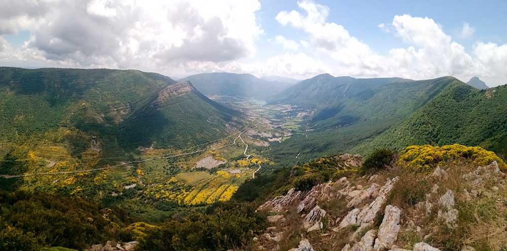 Vista panorámica desde el pico Peiró con el pantano de Arguis al fondo
