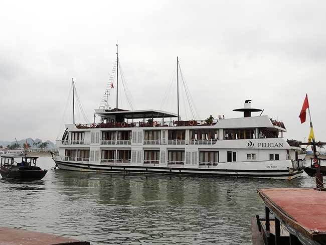 Barco de la compañía Pelican en la bahía de Ha Long