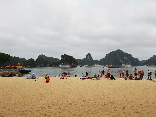Playa en la Isla Ti Top de la bahía de Ha Long