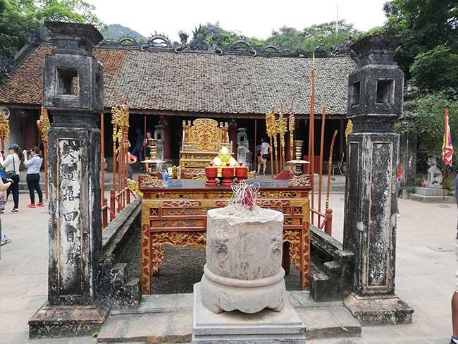Altar en un patio de Hoa Lu
