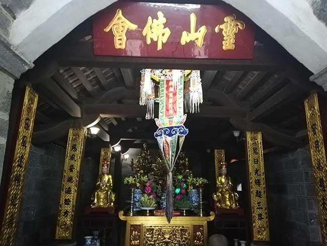 Interior del templo en la Pagoda Bich Dong