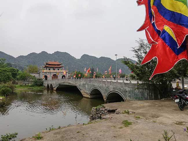 Ninh Binh. Puente para entrar a la ciudadela Hoa Lu