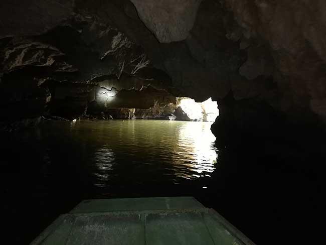 Tam Coc. Atravesando una cueva.