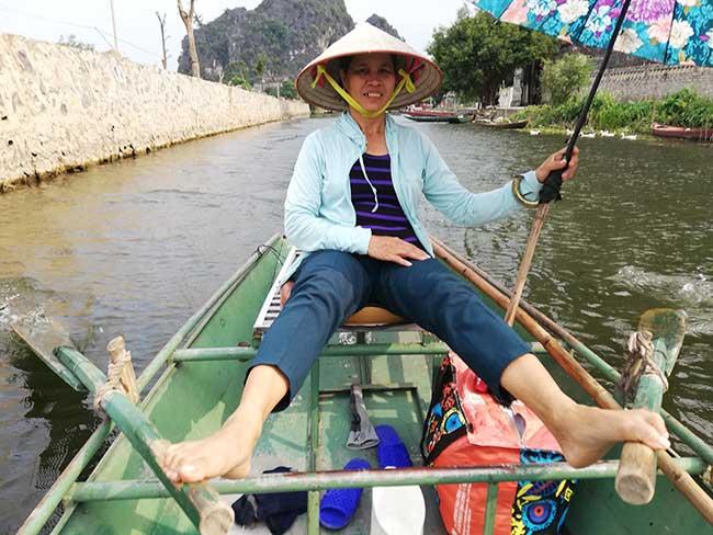 Remadora de la canoa en Tam Coc