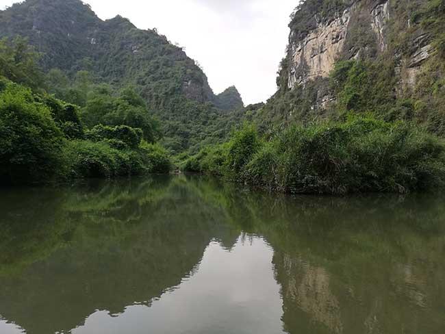Tam Coc. Reflejo en el río de las montañas.