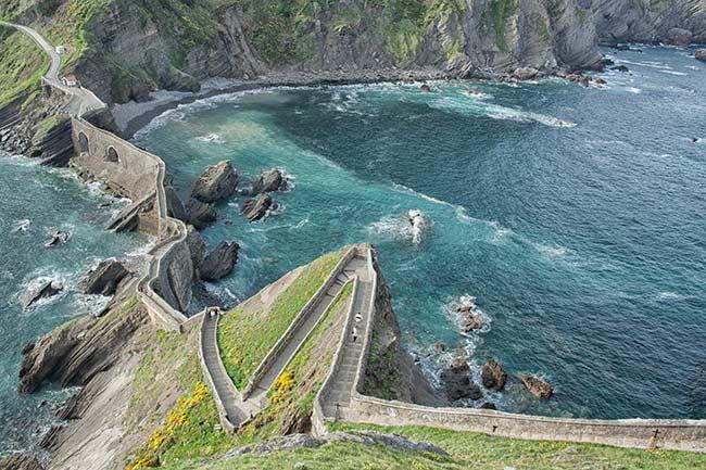 Escaleras que suben a la ermita de San Juan de Gaztelugatxe vistas desde la ermita