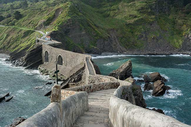El puente visto desde las escaleras que suben a la ermita de San Juan de Gaztelugatxe